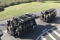 Protiteroristické cvičení Démon 2018. Zásahové jednotky přijíždějí k místu a čekají na pokyn k zákroku.