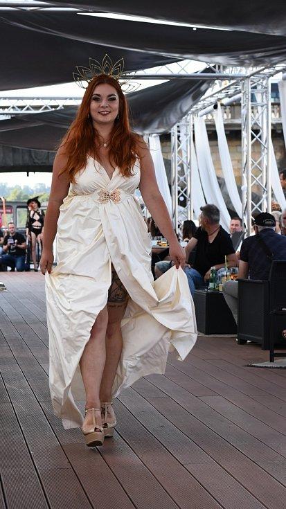 Módní přehlídka návrhářky Kirsten Vaams.