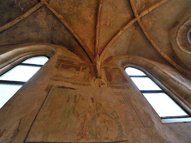 Interiér kostela sv. Vavřince vulici Hellichova.
