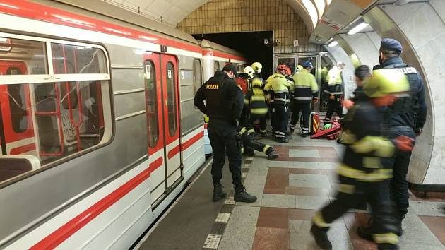 Žena ve stanici metra Anděl nepřežila pád pod metro.