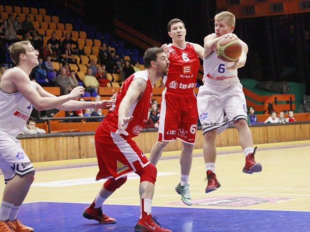 BASKETBALISTÉ USK Praha (v bílém) podlehli Nymburku o 66 bodů.