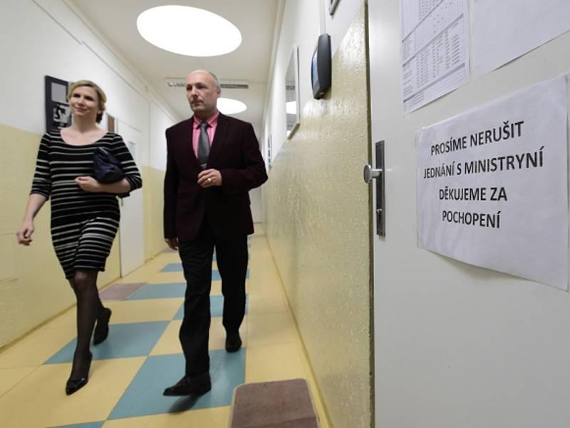Ministryně školství Kateřina Valachová navštívila 13. února Střední průmyslovou školu Na Třebešíně v Praze 10, aby se seznámila s jejím novým vedením. Vpravo je ředitel školy Luboš Bauer.