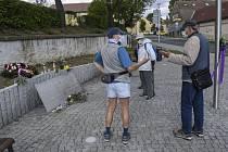 Lidé diskutují u pamětní desky na náměstí v pražských Řeporyjích připomínající padlé vojáky Ruské osvobozenecké armády, takzvané vlasovce, na snímku z 6. května 2020.