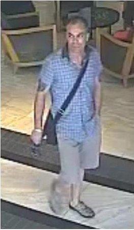 Neznámý pachatel ukradl vnestřeženém okamžiku peněženku isplatebními kartami. Ty poté použil knákupu luxusního zboží.