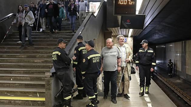 Dopravní podnik hlavního města Prahy umožnil zrakově znevýhodněným zájemcům seznámení se s kolejištěm a dalším zázemím pražského metra,  tentokrát ve stanici Budějovická.