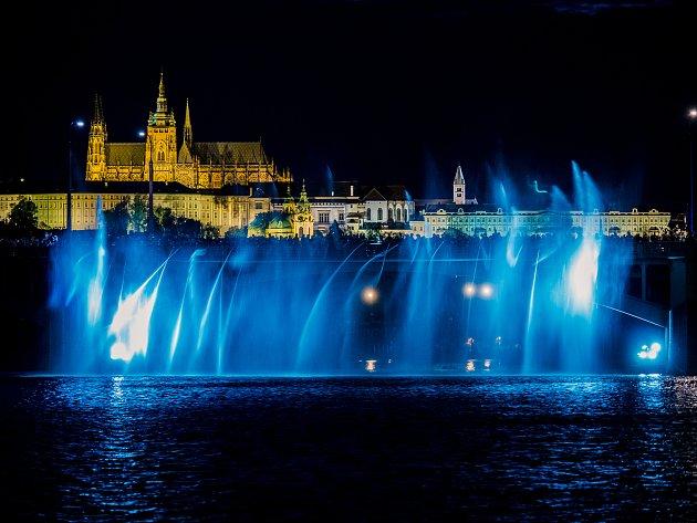 Hasiči z celé republiky vytvořili v Praze za doprovodu světel a hudby hasičskou vodní fontánu, které se konala při příležitosti 100. výročí vzniku Československa.
