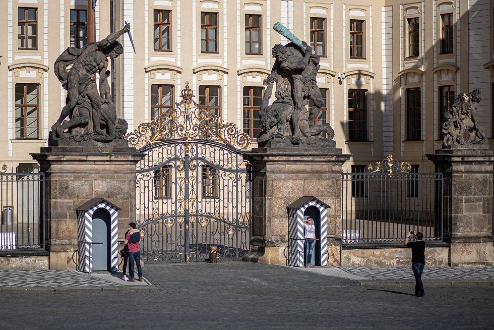 Pražané při velikonočním víkendu v centru Prahy. Na snímku Hradčanské náměstí.