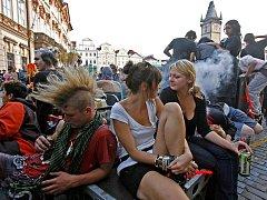 DEJME SE NA POCHOD. Karnevalem s asi dvaceti soundsystemy a dvěma tisíci účastníky vyrcholil Týden nepřizpůsobivosti.