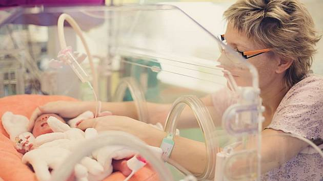 Předčasně narozené děti mnohdy stráví první měsíce v inkubátoru. Jejich stav je potřeba hlídat i proto, že kvůli nedostatku železa bývají anemické.