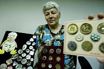 Sběratelka knoflíků Julie Soukupová je se svou sbírkou známá nejen doma, ale i za oceánem.