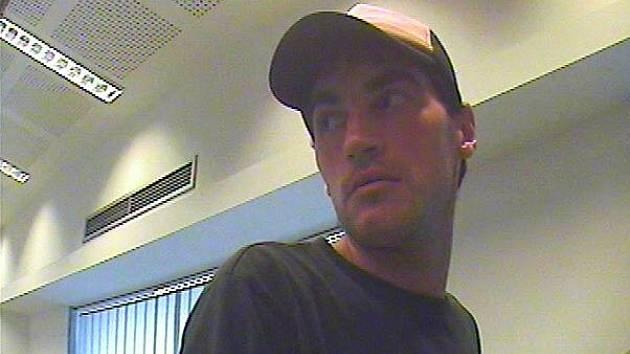 Kriminalisté pátrají po pachateli, který ve středu 17. srpna kolem poledního přepadl banku na ulici Vinohradská.