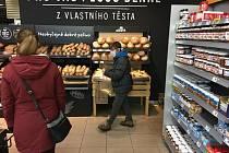 Kvůli koronaviru platí vládní nařízení, že v určitých hodinách mohou nakupovat jen senioři nad 65 let.