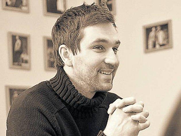 HRDINA. Režisér Ondřej Sokol si troufl inscenovat komplikovanou tragikomedii Hrdina západu .