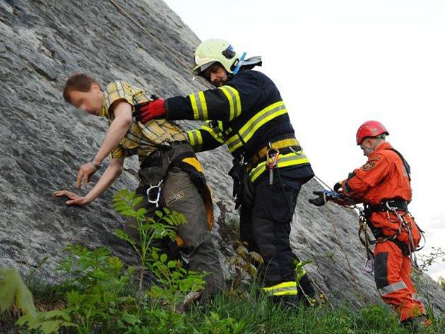 Ze skály muže za úsvitu sundávali hasiči