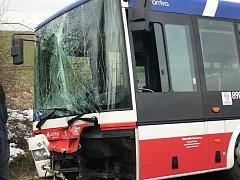 Na sjezdu na letiště v Ruzyni havaroval linkový autobus.