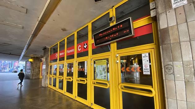 Ve stanici metra C Florenc nepřežil muž pád pod vlakovou soupravu.