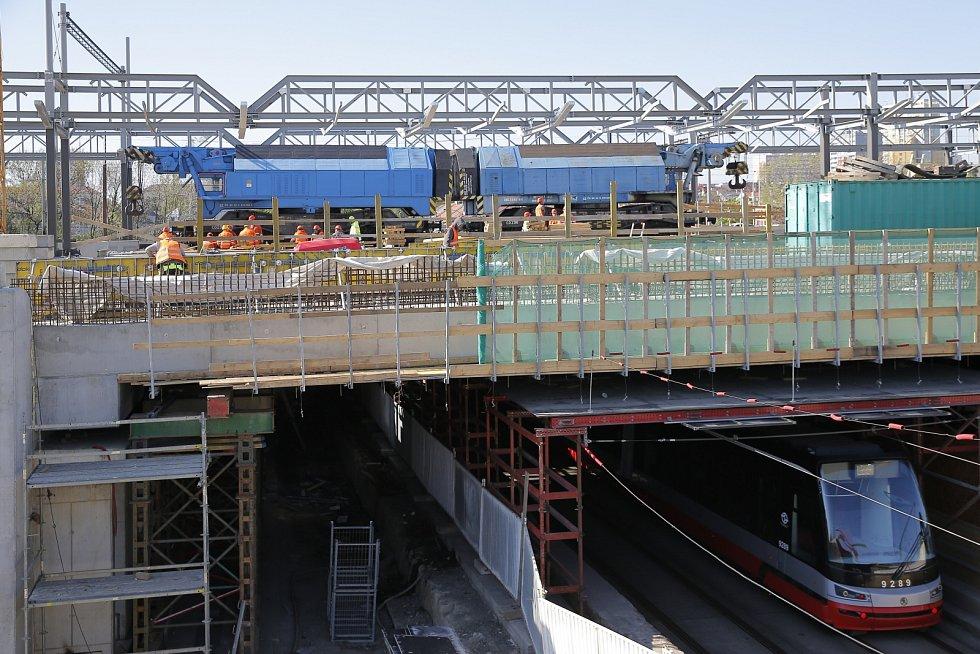 Zatěžovací zkouška nového železničního mostu přes Průběžnou ulici.