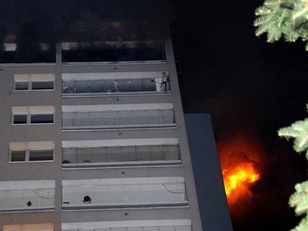 Požár dvou místností bytu v17. patře výškového panelového domu vBohnicích.