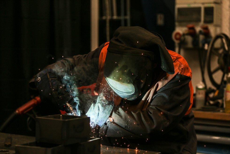 Pracoviště sváření ve výrobní hale, zde pracovník svařuje komponenty do výhybkových systémů.