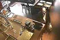 Muž podezřelý z krádeže mobilu v baru v pražských Strašnicích.