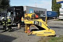 Střet kamionu převážející kontejner s bagrem na traktorovém podvozku v ulici Přátelství v Uhříněvsi.