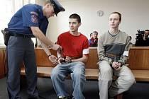 Dnes se konalo u Vrchního soudu v Praze odvolací jednání v případu osmnáctiletého Ladislava Štroba (na snímku vpravo) a Ondřeje Rotha (na snímku vlevo), které Ústecký krajský soud poslal na 15 let do vězení za vraždu jejich šestnáctiletého kamará