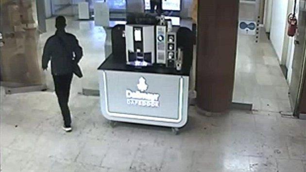 Muž podezřelý z loupeže na poště v Praze 4