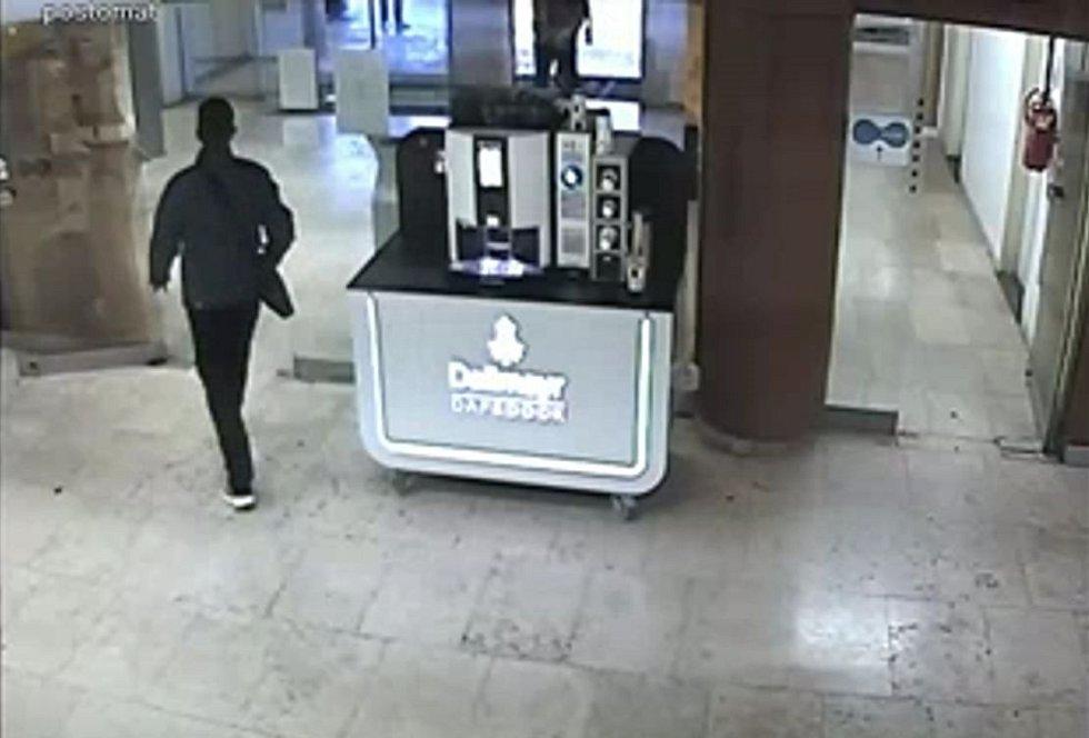 Muž podezřelý z loupeže na poště.