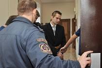 Z dokonané vraždy a z pokusu o ublížení na zdraví se od čtvrtka zpovídá před trestním senátem Krajského soudu v Praze 22letý Marcel Hazdra z Mladoboleslavska.