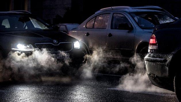 Kouř z automobilů. Ilustrační foto.