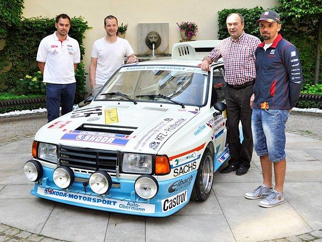 Zrenovovaný kus Škody Rapid 130 R/H odhalili piloti rallye John Haugland a Juho Hänninen, které doplnil okruhový závodník Petr Fulín a nejrychlejší český kuchař Filip Sajler.
