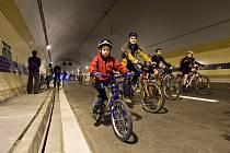 Účastníci Velké jarní cyklojízdy projeli ve čtvrtek 16. dubna 2015 večer pražským tunelem Blanka.