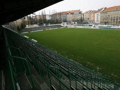 Tribuna stadionu ve Vršovickém ďolíčku.