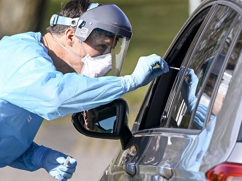 Drive thru testy se osvědčily v boji proti koronaviru v zahraničí. Praha je připravena projekt spustit.