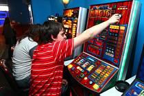 ZŮSTALO U SLIBŮ. Zástupci města chtěli potlačit hazard a zakázat 256 heren, nakonec jich ale skončí jen necelá třetina. O ostatních se má jednat až na jaře příštího roku./Ilustrační foto