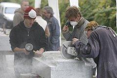 PŘI PRÁCI. Na snímku jsou studenti ze 3.a 4.ročníku a vedoucí ak.soch. Michal Moravec (vpravo) ze Střední průmyslové školy kamenické a sochařské v Hořicích.