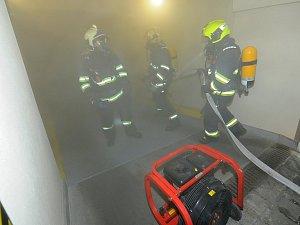 Požár záložního zdroje v podzemní garáži v Praze 1