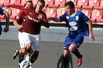 Fotbalisté Sparty rozstříleli Vlašim 5:0. Na snímku s míčem útočí sparťanský kapitán Marek Matějovský (vlevo).