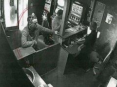 Policisté pátrají po neznámém muži, který odcizil z otevřeného okna v dílně ve Viklefově ulici v Praze 3 mobilní telefon. S jeho pomocí pak utrácel za automaty.