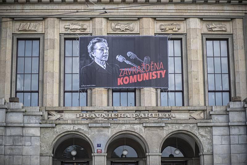 70. výročí procesu s Miladou Horákovou připomínají plakáty na pražských budovách. Na snímku Právnická fakulta.