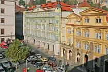 Malostranské náměstí v Praze. Je jasně patrné, jak parkoviště hyzdí historické prostranství.