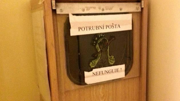 Jedna ze stanic nyní už nefungující potrubní pošty v Nemocnici Na Bulovce v Praze, konkrétně na oddělení dětské chirurgie.