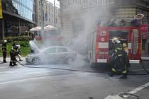 Jednotka HZS Praha likvidovala pomocí tlakové vody požár v motorovém prostoru osobního automobilu Opel Astra.