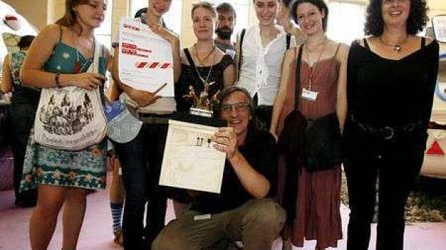Dmitrij Krymov (uprostřed) z Ruska převzal společně se studenty hlavní cenu Zlatou Trigu za nejlepší prezentaci Tématu na vyhlášení cen Pražského Quadriennale 2007.