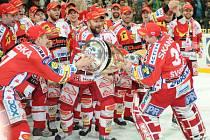 ČEKÁ JE OBHAJOBA. Hráči Slavie dnes poprvé vyjedou na led. V nastávající sezóně je čeká obhajoba mistrovského titulu.