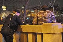 Policisté a hasiči nenechali mladíka skočit z mostu