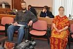 Z týrání svěřené osoby se od úterka zpovídají před trestním senátem Městského soudu v Praze rodiče takzvaných vlčích dětí.
