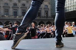 Stovky tanečníků se zůčastnilo pokusu o zápis do Guinnessovy knihy rekordů v rámci olav Mezinárodního dne tance 2014.