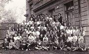 1952. Pěvecký soubor před základní školou Práčská v Záběhlicích ve středu s panem učitelem Lazákem.