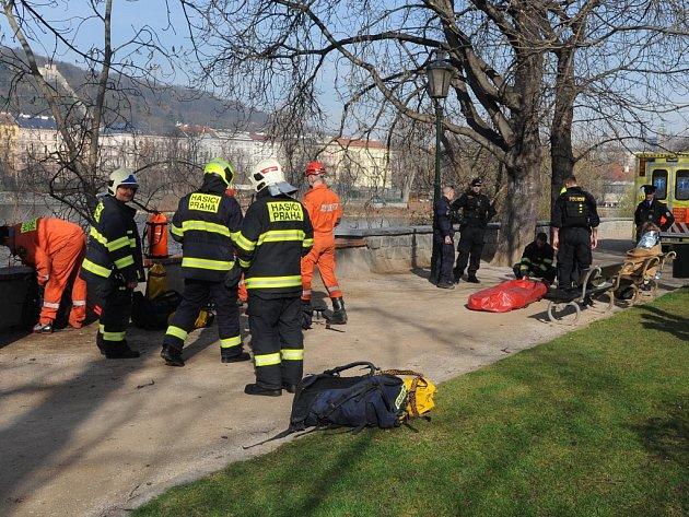 Zopěrné zdi uSlovanského ostrova spadli na říční břeh dva lidé
